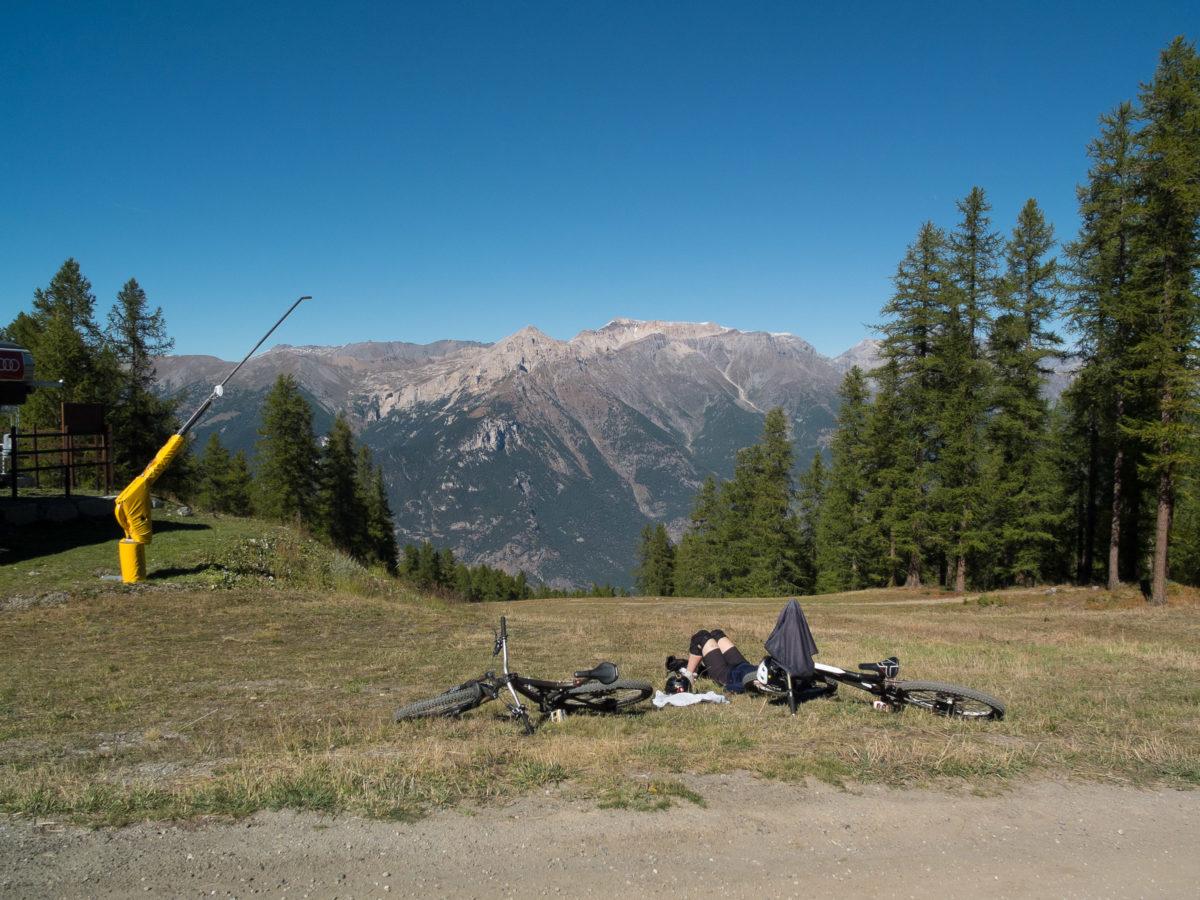 Mit dem MTB an der Bergstation des Lifts in Sauze d'Oulx